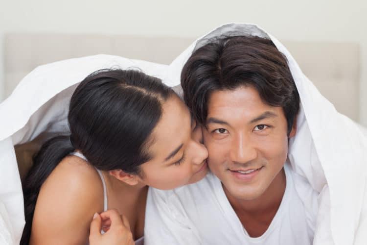 """lam tinh voi chong2 e1528703000612 - 10 tuyệt chiêu làm tình khiến chồng càng """"yêu"""" càng nghiện"""