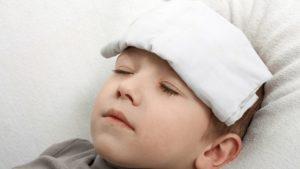 Đắp khăn hạ sốt cho trẻ