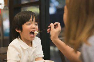 thuc pham nguy hiem cho be 1 e1534217664193 750x400 310x205 - 7 loại thực phẩm nguy hiểm bạn hay cho bé ăn mà không biết