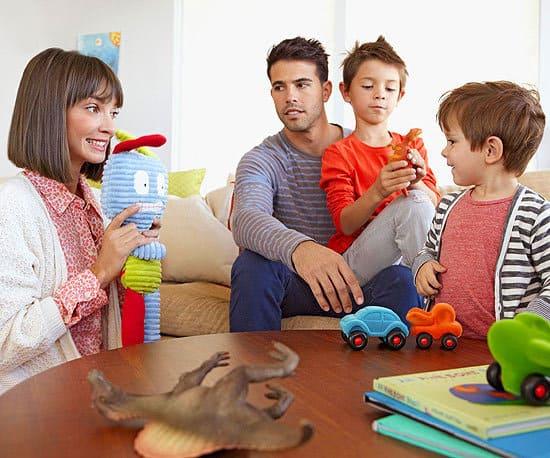 Khuyến khích con tìm hiểu thêm về bạn bè, người thân của bố mẹ
