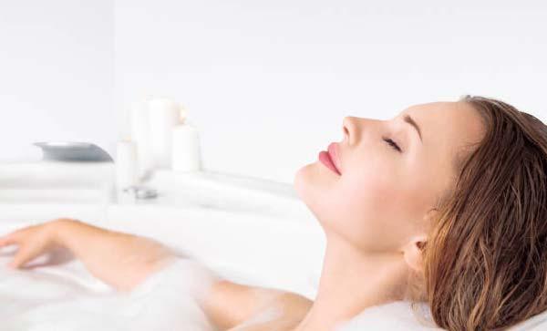 Tắm bằng nước nóng.